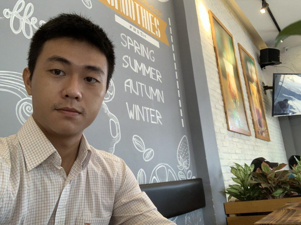 Ngồi làm việc ở quán cafe.