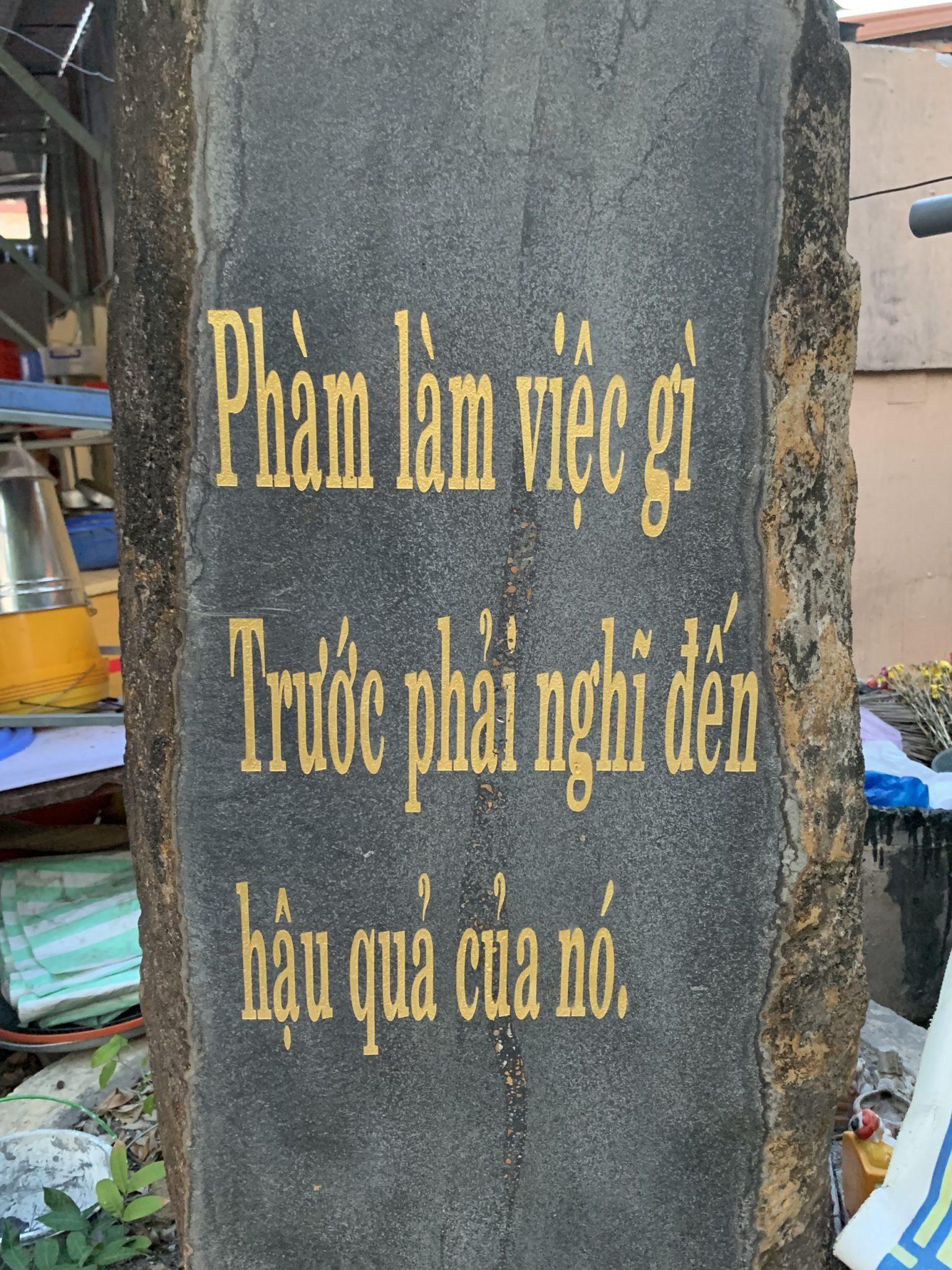 Tấm đá được khắc trong khuôn viên chùa Hương Sơn - Sóc Trăng